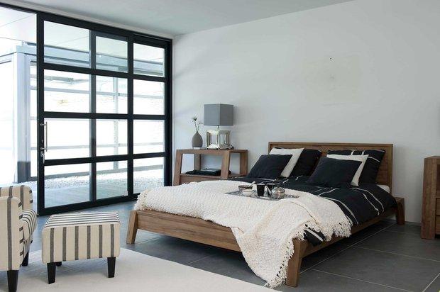 Фотография: Спальня в стиле Современный, Дом, Дома и квартиры, Кровать, Шкаф, Комод, Стеллаж, Буфет – фото на INMYROOM