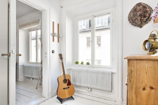 Фотография: Прихожая в стиле Скандинавский, Малогабаритная квартира, Квартира, Цвет в интерьере, Дома и квартиры, Белый – фото на INMYROOM