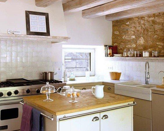 Фотография: Кухня и столовая в стиле Прованс и Кантри, Дом, Дома и квартиры, Балки – фото на INMYROOM