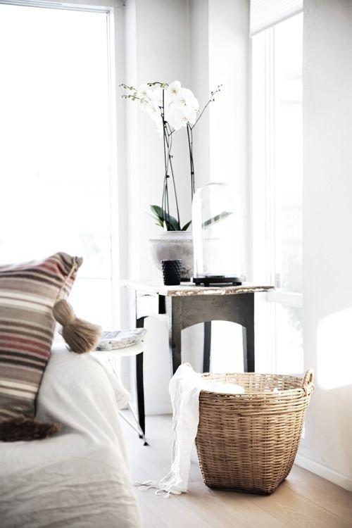 Фотография: Декор в стиле Скандинавский, Декор интерьера, Мебель и свет, Советы, Белый, как оформить пустой угол, пустой угол в квартире – фото на INMYROOM