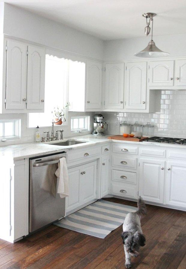 Фотография: Кухня и столовая в стиле Скандинавский, Интерьер комнат, Цвет в интерьере, Белый, Бытовая техника – фото на InMyRoom.ru