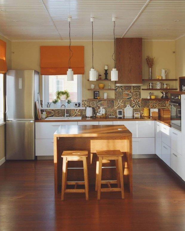 Я отказалась от верхних шкафов, чтобы не утяжелять кухню визуально — ведь она совмещена с зоной гостиной. Вместо громоздких шкафов — открытые полки с декором и мелочами, которые удобно иметь под рукой.
