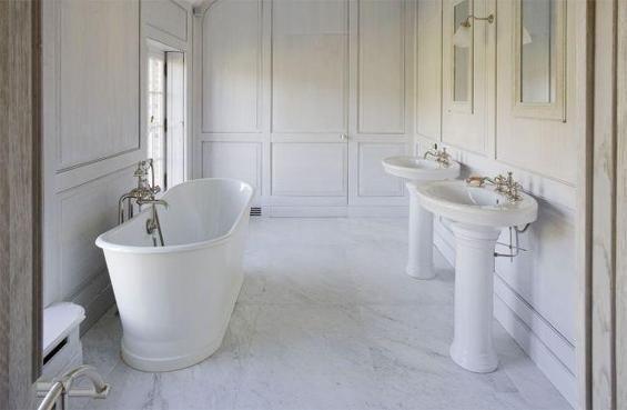 Фотография: Ванная в стиле Классический, Дом, Дома и квартиры, Лестница, Диван, Балки, Пол – фото на INMYROOM
