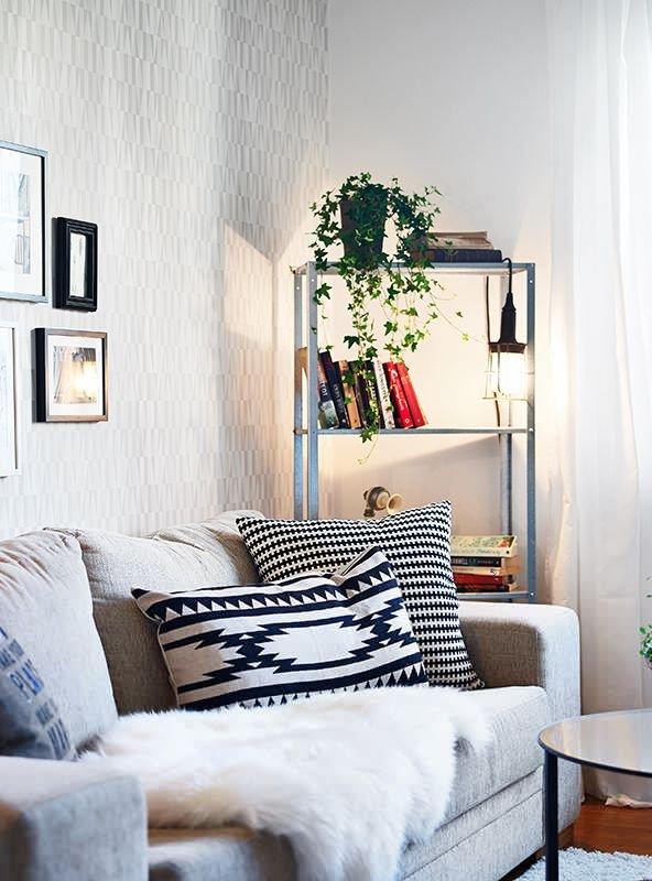Фотография: Гостиная в стиле Скандинавский, Декор интерьера, Малогабаритная квартира, Квартира, Интерьер комнат, Декор, Мебель и свет, Советы, дизайн гостиной, идеи для гостиной, маленькая гостиная, как увеличить маленькую гостиную, идеи для маленькой гостиной, мебель для маленькой гостиной, планировка маленькой гостиной – фото на INMYROOM