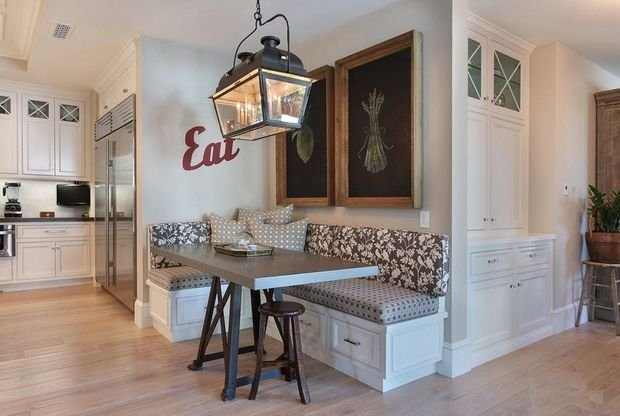Фотография: Кухня и столовая в стиле Прованс и Кантри, Гостиная, Декор интерьера, Квартира, Студия, Дом, Мебель и свет, угловой диван в интерьере – фото на INMYROOM