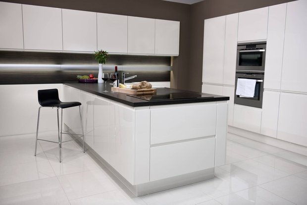 Фотография: Кухня и столовая в стиле Современный, Декор интерьера, Дизайн интерьера, Цвет в интерьере, Черный, Пол – фото на INMYROOM