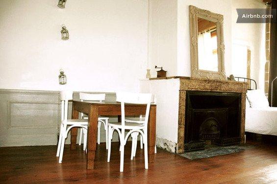 Фотография: Гостиная в стиле Скандинавский, Декор интерьера, Квартира, Дом, Декор дома, Airbnb, Камины – фото на InMyRoom.ru