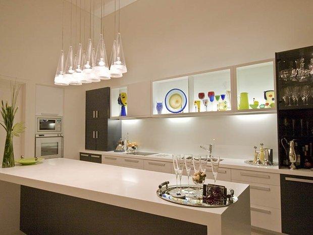 Фотография: Кухня и столовая в стиле Современный, Хай-тек, Декор интерьера, Мебель и свет, Цвет в интерьере, Советы, Светильник – фото на INMYROOM