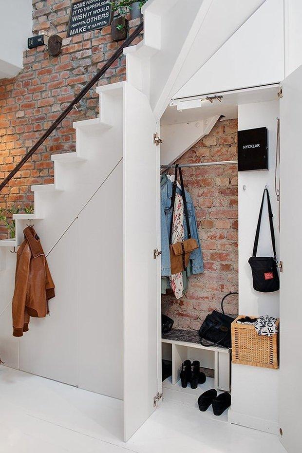 Фотография: Ванная в стиле Прованс и Кантри, Советы, Гид, Дом и дача, ниша под лестницей – фото на INMYROOM
