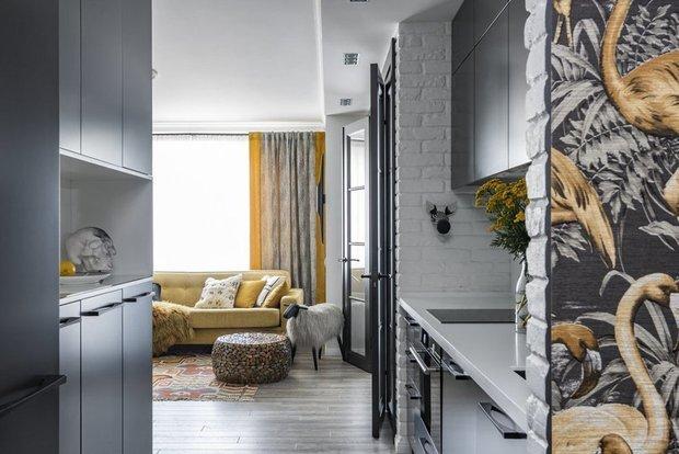 Фотография: Кухня и столовая в стиле Эклектика, Гостиная, Гид, желтый диван, желтый диван в интерьере – фото на INMYROOM