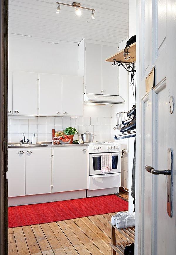Фотография: Кухня и столовая в стиле Скандинавский, Малогабаритная квартира, Квартира, Цвет в интерьере, Дома и квартиры, Белый, Стена, Пол – фото на INMYROOM