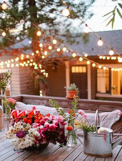 Фотография: Терраса в стиле Прованс и Кантри, Ландшафт, Мебель и свет, Дом и дача, как осветить дачный участок, как выбрать фонари для сада – фото на INMYROOM