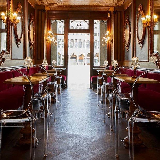 Caffè Florian — кафе с 300-летней историей, использует в интерьере стулья Kartell Louis Ghost дизайна Филиппа Старка. Так же поступают лучшие заведения мира.