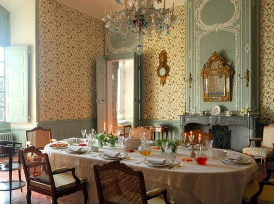 Фотография: Кухня и столовая в стиле Прованс и Кантри, Классический, Декор интерьера, Дом, Декор дома, Камин, Ширма – фото на INMYROOM