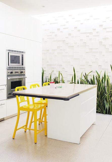 Фотография: Кухня и столовая в стиле Хай-тек, Декор интерьера, Дизайн интерьера, Цвет в интерьере, Желтый – фото на INMYROOM