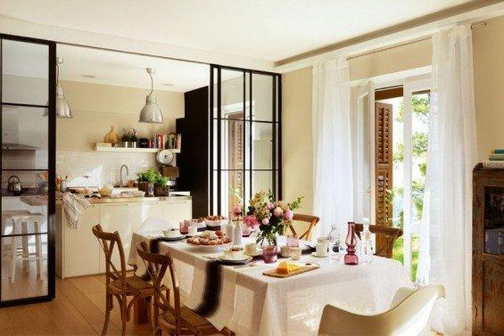 Фотография: Кухня и столовая в стиле Прованс и Кантри, Интерьер комнат, Цвет в интерьере, Белый, Кухонный остров – фото на INMYROOM