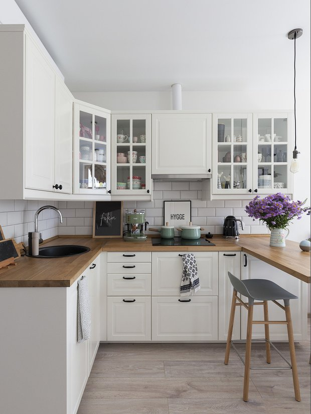 Фотография: Кухня и столовая в стиле Прованс и Кантри, Ремонт на практике, ламинат, ламинат на полу, ламинат на стене – фото на INMYROOM