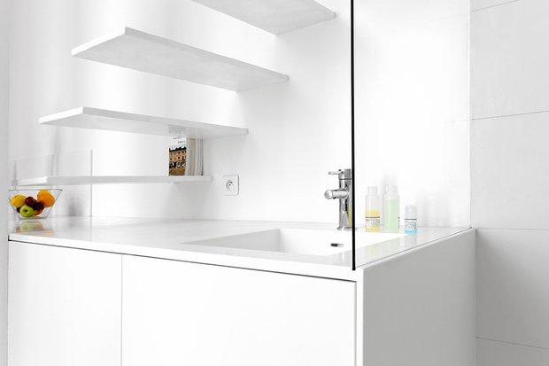 Фотография: Ванная в стиле Современный, Малогабаритная квартира, Квартира, Цвет в интерьере, Дома и квартиры, Белый – фото на InMyRoom.ru