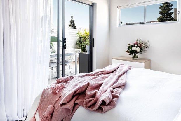 Фотография: Спальня в стиле Минимализм, Кухня и столовая, Гостиная, Скандинавский, Декор интерьера, Квартира, Австралия, Розовый, Голубой – фото на INMYROOM