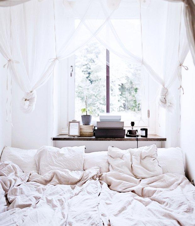 Фотография: Спальня в стиле Скандинавский, Эклектика, Малогабаритная квартира, Квартира, Декор, Мебель и свет, Советы, Белый, Минимализм, Бежевый – фото на INMYROOM