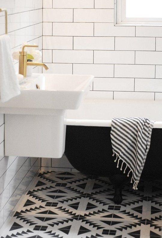 Фотография: Ванная в стиле Скандинавский, Декор интерьера, Дизайн интерьера, Цвет в интерьере, Белый, Синий, Серый – фото на INMYROOM