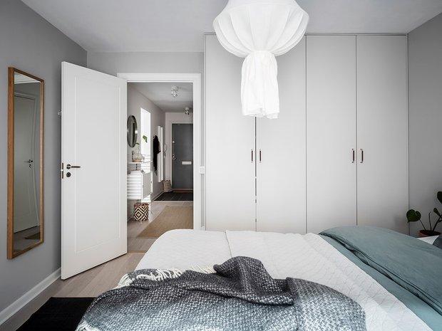 Фотография: Спальня в стиле Скандинавский, Декор интерьера, Квартира, Планировки, Декор, Белый, Синий, Серый, Эко, 2 комнаты – фото на INMYROOM