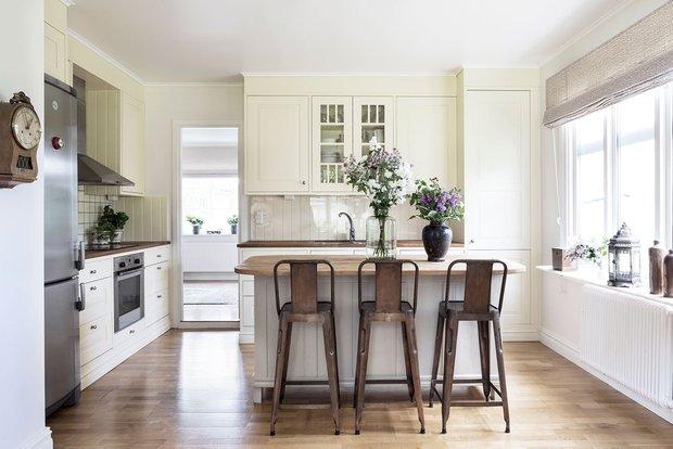 Дизайн: шведский консультант, который работает под руководством Кэтрин Ирленд. Кухня в типичном шведском домике