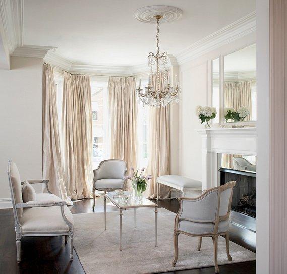 Фотография: Гостиная в стиле Классический, Квартира, Аксессуары, Декор, Мебель и свет, Белый, Гид, гид по белым комнатам, психология белого, практичный белый, белая прихожая, белая спальня, белая гостиная, белая ванная, белая кухня, белая детская – фото на INMYROOM