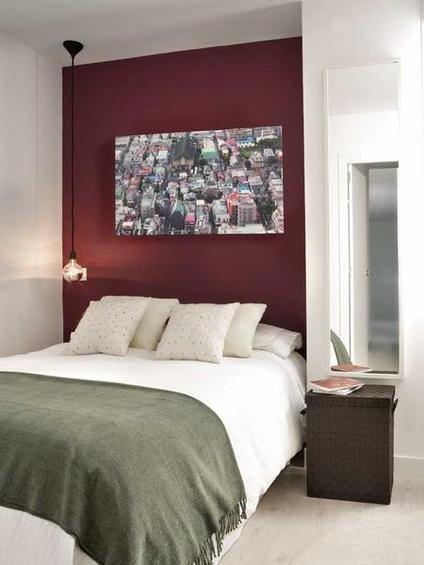 Фотография: Спальня в стиле Современный, Декор интерьера, Малогабаритная квартира, Квартира, Цвет в интерьере, Дома и квартиры, Белый, Черный, Красный – фото на InMyRoom.ru