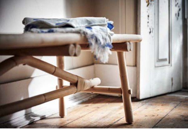 Скамья из ротанга в прихожей — место, где можно снять обувь, когда приходите домой, и насладиться домашним умиротворением.