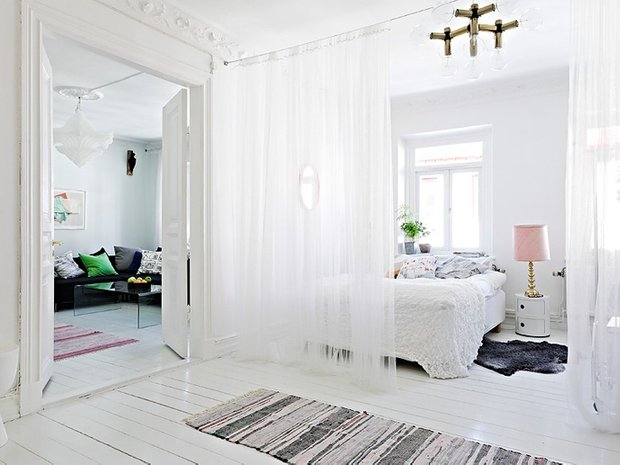 Фотография: Спальня в стиле Скандинавский, Декор интерьера, Мебель и свет, Перегородки – фото на INMYROOM