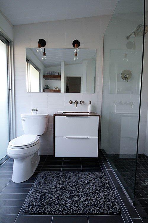 Фотография: Ванная в стиле Современный, Декор, Белый, Переделка, Черный, Ремонт на практике – фото на INMYROOM