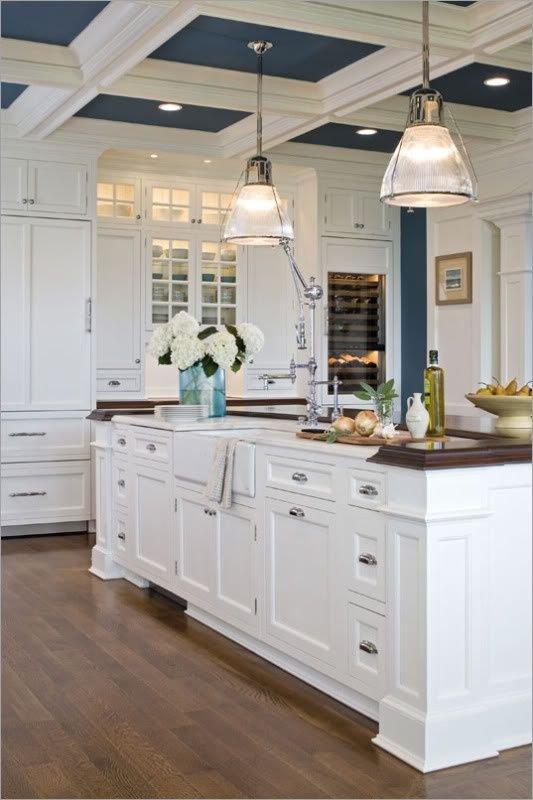 Фотография: Кухня и столовая в стиле Прованс и Кантри, Декор интерьера, Дизайн интерьера, Цвет в интерьере, Потолок – фото на INMYROOM