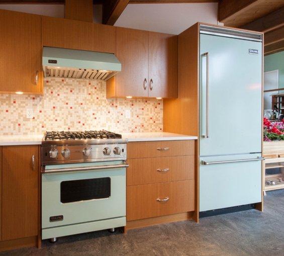 Фотография: Кухня и столовая в стиле Минимализм, Интерьер комнат, SMEG, Цвет в интерьере, Бирюзовый – фото на InMyRoom.ru