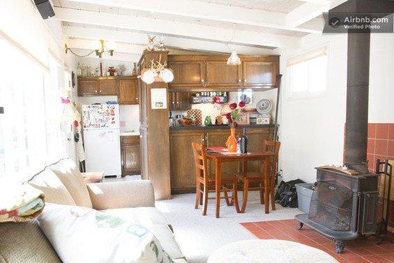 Фотография: Гостиная в стиле Прованс и Кантри, Декор интерьера, Квартира, Дом, Декор дома, Airbnb, Камины – фото на INMYROOM