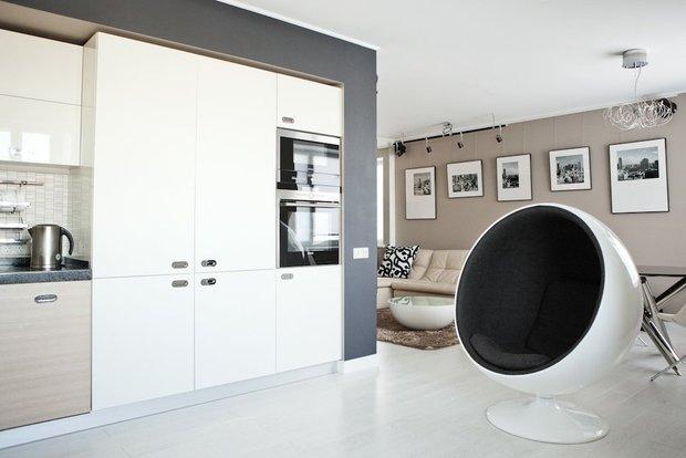 Фотография: Кухня и столовая в стиле Хай-тек, Гид, напольное покрытие, ламинат – фото на INMYROOM