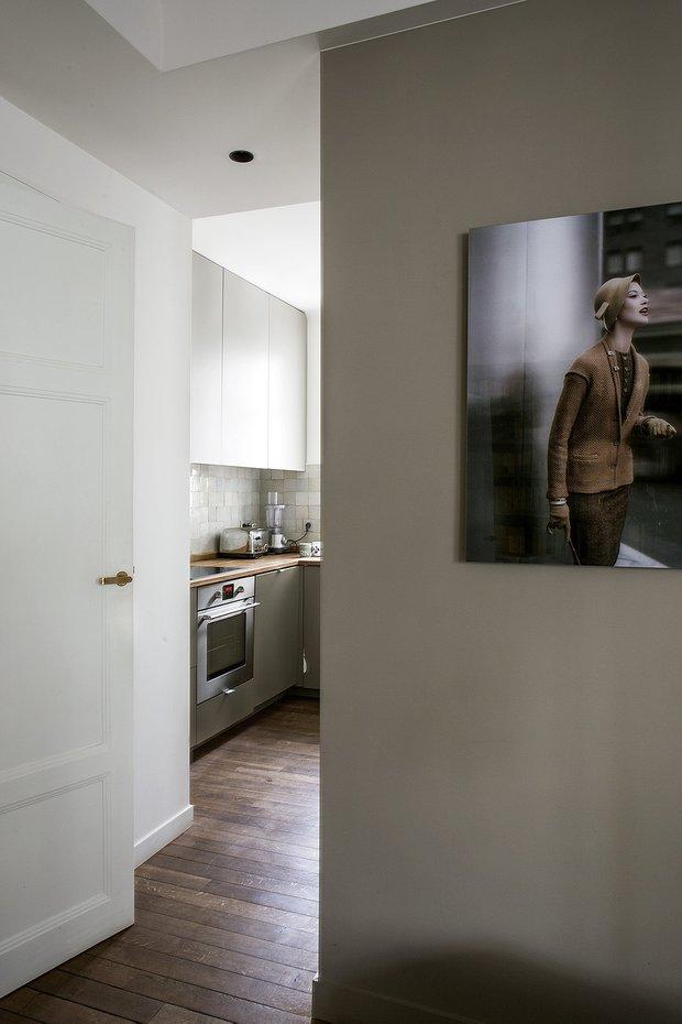 Фотография: Кухня и столовая в стиле Минимализм, Декор интерьера, Малогабаритная квартира, Советы, Париж, дизайн-хаки, как визуально увеличить площадь малогабаритки, 2 комнаты, 40-60 метров – фото на INMYROOM