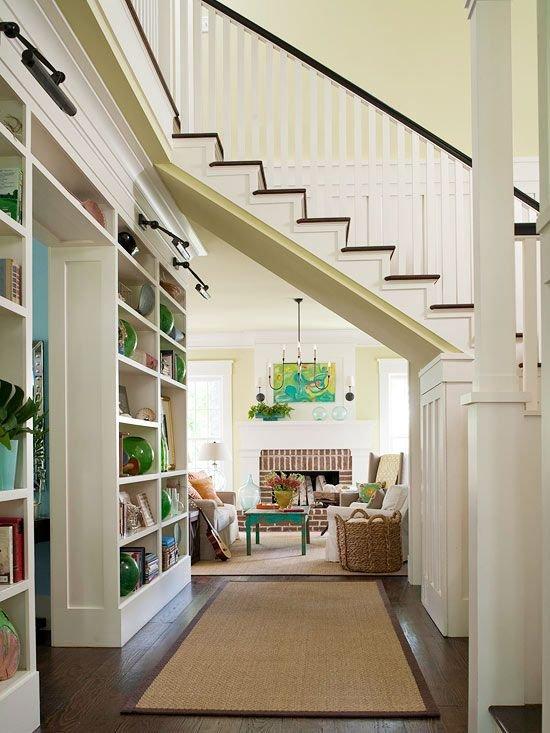 Фотография: Гостиная в стиле Прованс и Кантри, Архитектура, Декор, Мебель и свет, Ремонт на практике, Никита Морозов, освещение для лестницы, какую выбрать лестницу, какие бывают лестницы, прямая лестница, винтовая лестница, лестница на больцах, подвесная лестница, ограждение для лестниц, как украсить лестницу – фото на INMYROOM