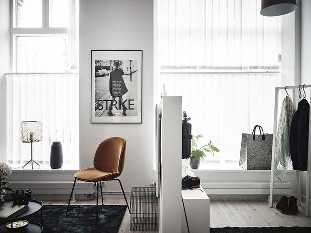 Фотография: Гостиная в стиле Скандинавский, Минимализм, Современный, Квартира, Швеция, Советы, Белый, Черный, Стокгольм, 2 комнаты, 40-60 метров – фото на INMYROOM