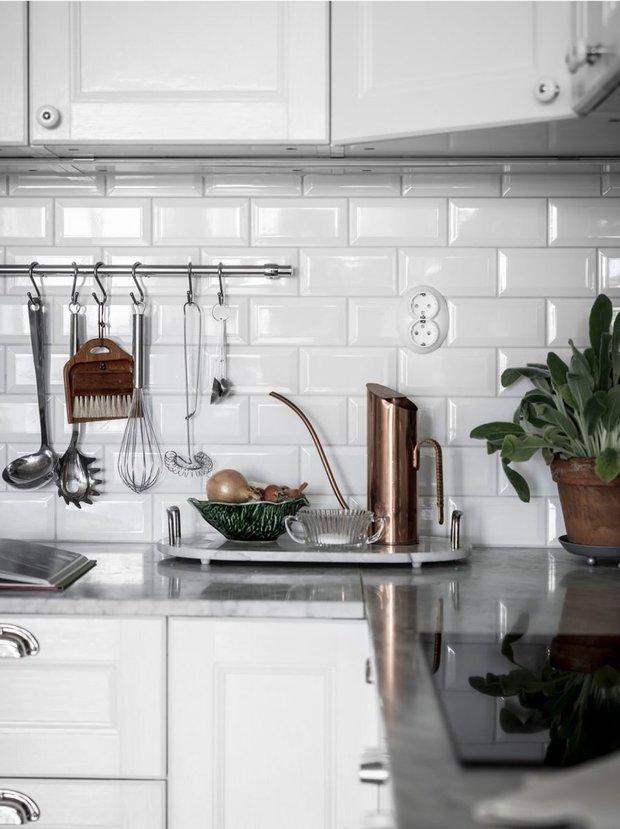 Фотография: Кухня и столовая в стиле Скандинавский, Декор интерьера, Квартира, Швеция, Белый, Черный, Стокгольм, ИКЕА, хранение вещей, хранение в ванной комнате, 3 комнаты, 60-90 метров – фото на INMYROOM