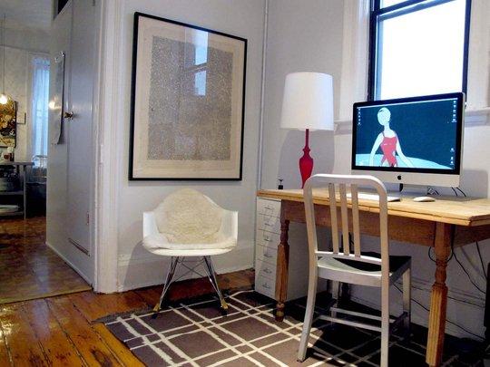 Фотография: Кабинет в стиле Скандинавский, Малогабаритная квартира, Квартира, Цвет в интерьере, Дома и квартиры, Стены, Нью-Йорк, Системы хранения, Квартиры – фото на INMYROOM