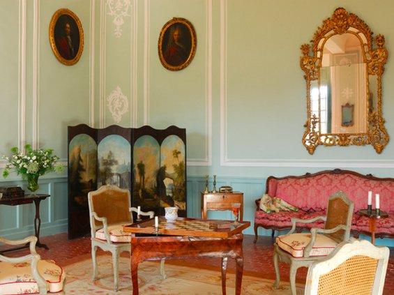 Фотография: Гостиная в стиле Классический, Декор интерьера, Дом, Декор дома, Камин, Ширма – фото на INMYROOM