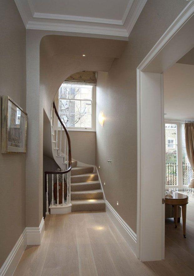 Фотография: Прихожая в стиле Классический, Архитектура, Декор, Мебель и свет, Ремонт на практике, Никита Морозов, освещение для лестницы, какую выбрать лестницу, какие бывают лестницы, прямая лестница, винтовая лестница, лестница на больцах, подвесная лестница, ограждение для лестниц, как украсить лестницу – фото на INMYROOM