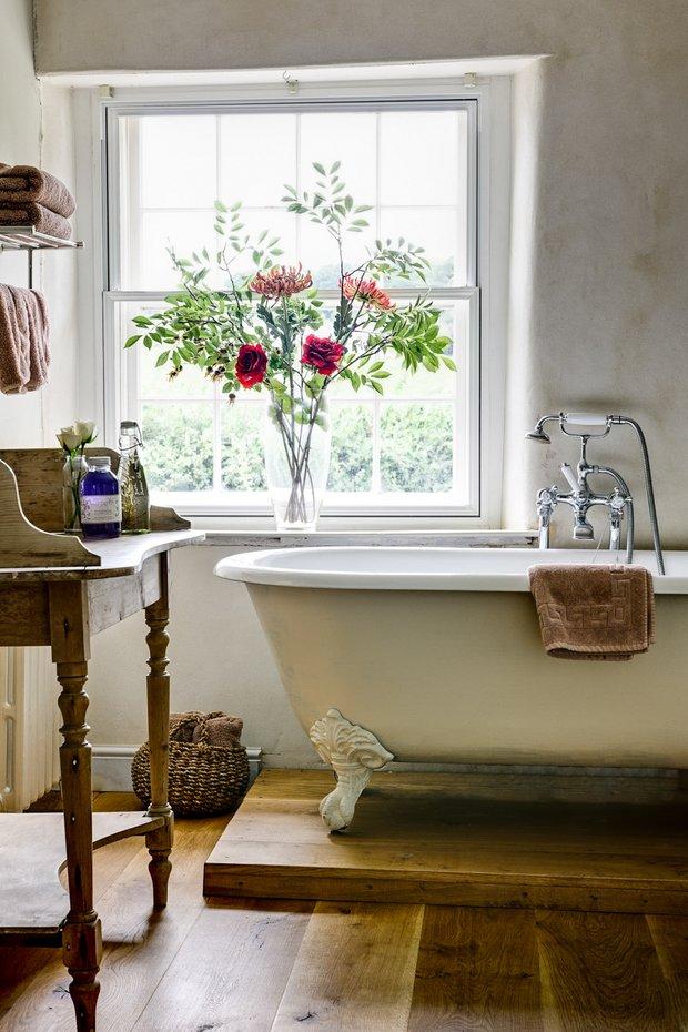 Фотография: Ванная в стиле Прованс и Кантри, Декор интерьера, Квартира, Декор, Советы, Подоконник, Окно – фото на INMYROOM