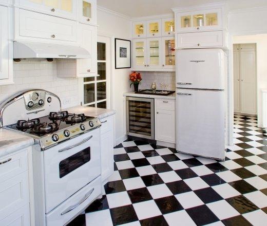 Фотография: Прочее в стиле , Кухня и столовая, Интерьер комнат, Цвет в интерьере, Белый, Бытовая техника – фото на InMyRoom.ru