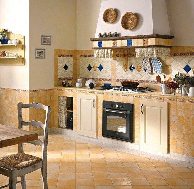 Фотография: Кухня и столовая в стиле Прованс и Кантри, Обои, Переделка, Плитка, Краска, Стеновые панели – фото на INMYROOM