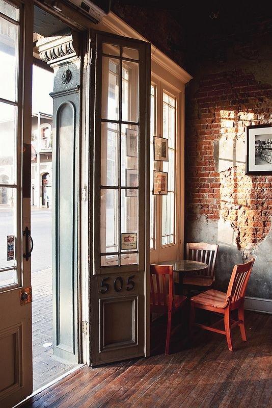 Фотография: Мебель и свет в стиле Прованс и Кантри, Декор интерьера, Декор, Прочее, Советы, кирпичная стена в интерьере, современный интерьер в квартире старого фонда, метлахская плитка в интерьере, лепнина в интерьере – фото на INMYROOM