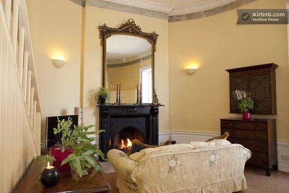 Фотография:  в стиле , Декор интерьера, Квартира, Дом, Декор дома, Airbnb, Камины – фото на INMYROOM