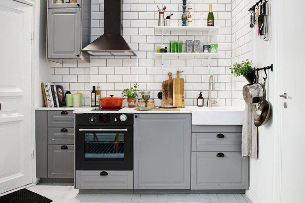 Маленькая кухня у стены