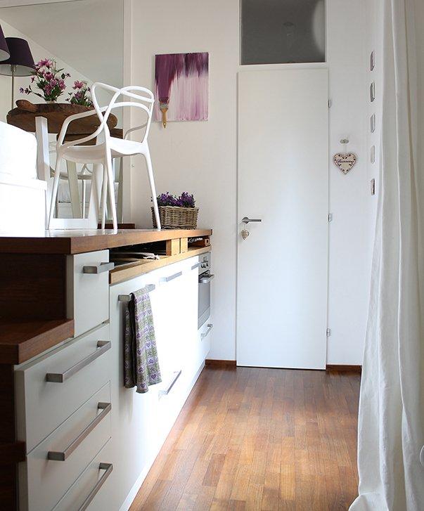 Фотография: Мебель и свет в стиле Минимализм, Советы, как обустроить однушку, Сильвана Читтерио, кухня в однушке, гардероб в однушке, как организовать систему хранения в однокомнатной квартире, многофункциональный подиум – фото на INMYROOM